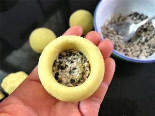 红糖薯饼,取一个粉团,捏成碗状,放入一勺红糖黑芝麻馅。