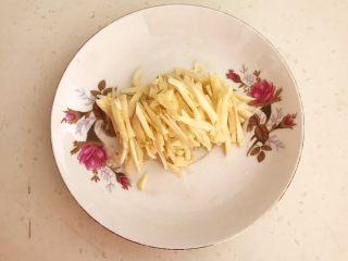 10分钟快手菜  酸辣土豆丝,蒜瓣切成丝