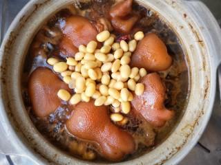 猪脚面,然后再加入泡好的黄豆。