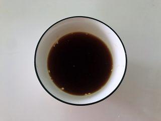 土豆花环,利用蒸的时间把生抽和淀粉放在碗中,加少量水搅开搅匀。