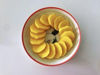土豆花环,拿一个深点的盘子,土豆挨个挨个摆上去,直到盘中摆满,成环状。