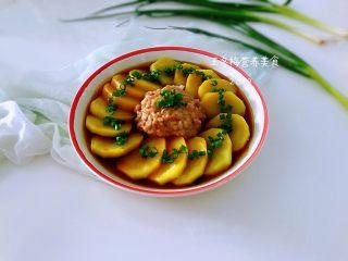 土豆花环,上面撒上切好的葱花,美味诞生了,想保持苗条身材,想减肥的统统都不怕,美味又健康!如果想吃口味重点的自己调个味碟出来,蘸上吃。