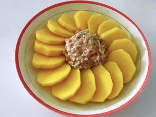土豆花环,刚才拌好的肉馅,捏成圆形,放在土豆中间。