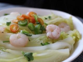 虾滑娃娃菜,捞出装盘,摆上虾仁,杭椒。  剩下的水放入一勺淀粉勾芡,至浓稠。  淋在菜上。  最后上香菜末。