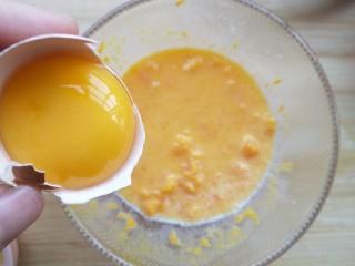 蛋黄南瓜蒸蛋,加入蛋黄,搅拌均匀。