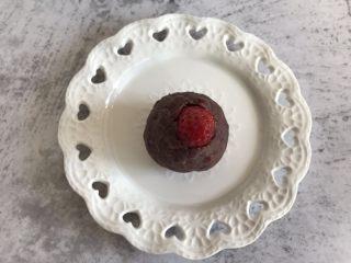 抹茶草莓大福,草莓包裹上<a style='color:red;display:inline-block;' href='/shicai/ 4729/'>豆沙馅</a>,漏出草莓头