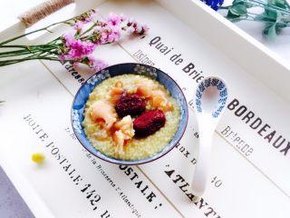 红枣桂圆小米粥,盛在自己喜欢的器皿