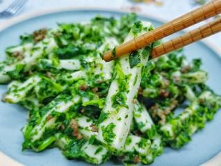 草籽肉末炒年糕,端上来的草籽年糕绿的翠绿、白的莹白、升起丝丝缕缕的香气与热气。