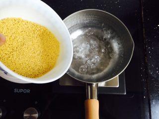 红枣桂圆小米粥,雪平锅加入800ml饮用水大火烧开,倒入清洗干净的小米