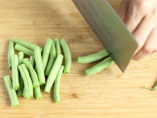 排骨炖豆角,豆角择取筋,清洗干净,切成寸段,备用;