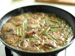 排骨炖豆角,将豆角倒入锅中,大火煮开后,小火焖20分钟左右;