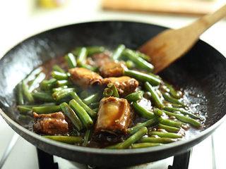 排骨炖豆角,打开锅盖,继续用大火收汁至浓稠;