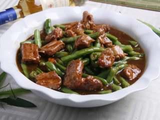 排骨炖豆角,出锅,盛入碗中。