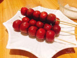 冰糖葫芦,一个个串在竹签上,不要串太长。锅里能放下就好,将头尾的竹签弄短点