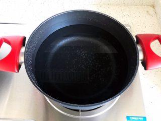 牛腿骨枸杞萝卜汤,锅内煮适量清水