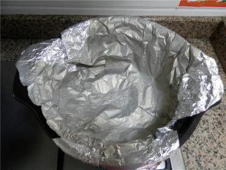 砂锅烤乳鸽,锡纸铺在架子上,周围贴近锅壁,将锡纸延到锅外来,这样才不会滴汁到锅里(顶部多出的部分包住锅的边沿)。