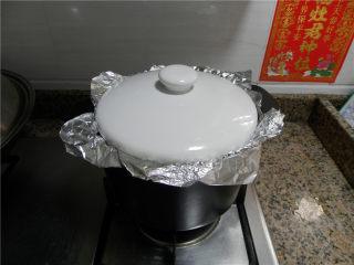 砂锅烤乳鸽,继续烤20分钟,关火后焖10分钟(期间再刷一次蜂蜜水)。