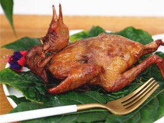 砂锅烤乳鸽,用砂锅烤乳鸽,烤得恰到好处,水分适中。