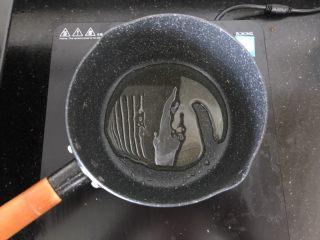 香菇肉末蒸豆腐,小锅放油烧热。