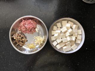 香菇肉末蒸豆腐,准备好所用的材料。
