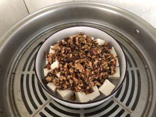 香菇肉末蒸豆腐,放入锅中大火蒸10分钟。