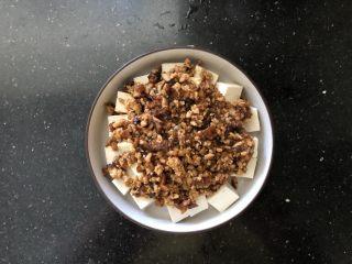 香菇肉末蒸豆腐,均匀的铺在豆腐上。