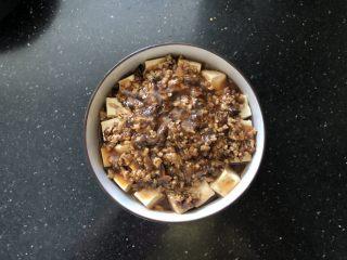 香菇肉末蒸豆腐,淋在豆腐上。