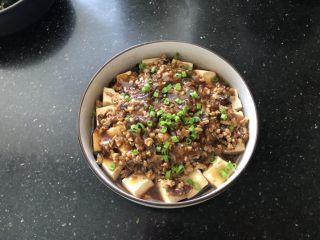 香菇肉末蒸豆腐,撒上葱花即可享用美食了。