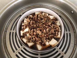 香菇肉末蒸豆腐,蒸好的豆腐。