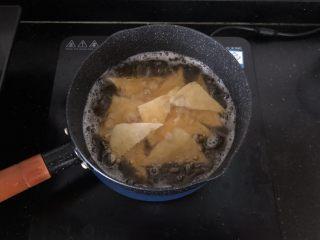 黑木耳香菇烧豆腐,放入油锅炸至表面微黄偏硬。