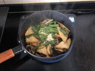 黑木耳香菇烧豆腐,放入小葱段、大蒜粒。