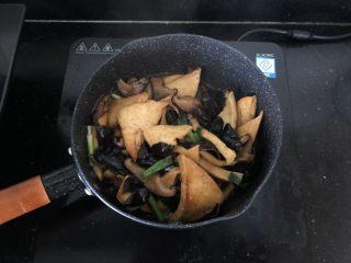 黑木耳香菇烧豆腐,翻匀即可起锅。
