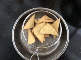 黑木耳香菇烧豆腐,捞出沥干油分。