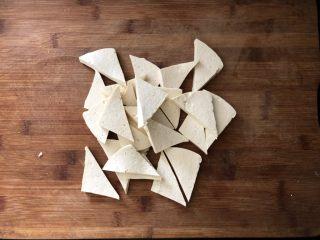 黑木耳香菇烧豆腐,从中间一剖为二成三角形。