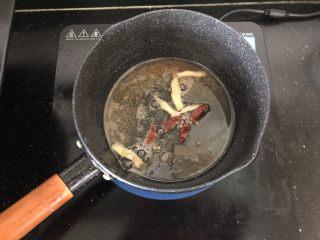 黑木耳香菇烧豆腐,锅内留底油放入姜片、干红辣椒段爆香。