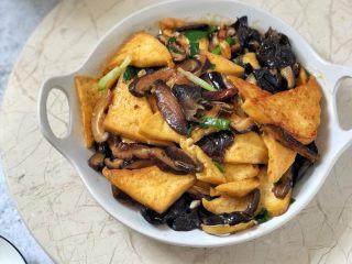 黑木耳香菇烧豆腐,成品图