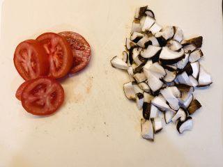 菌菇汤面,番茄洗干净切片,香菇洗干净切粒
