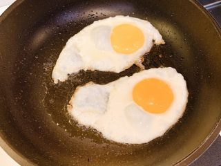 菌菇汤面,冷锅热油,煎两个鸡蛋,撒上盐,装出来待用