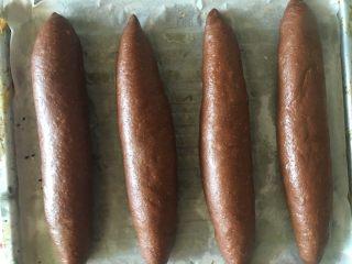 可可麻薯软欧,放入烤盘,中间留出空隙发酵胀大,最好隔一层油纸防粘