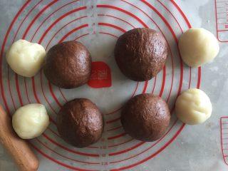 可可麻薯软欧,面包面团分成四等份,麻薯也分成四份