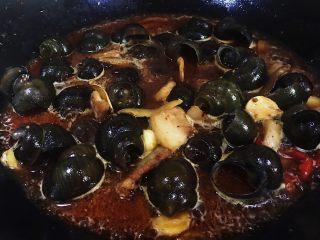 五花肉香焖田螺,翻炒片刻盖上锅盖中火焖二十分钟左右