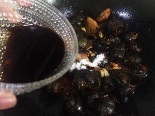 五花肉香焖田螺,倒入酱油