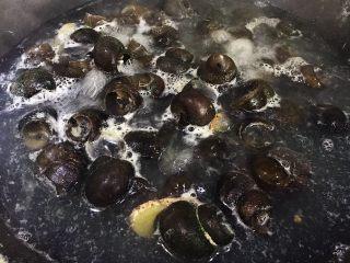 五花肉香焖田螺,大火煮沸