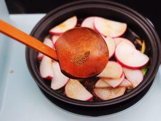 水萝卜粉丝炖桃花蛸,加入花椒粉增加香味。