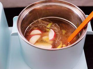 水萝卜粉丝炖桃花蛸,再把翻炒好的水萝卜倒入锅中。