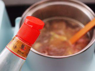 水萝卜粉丝炖桃花蛸,加入芝麻油调味。
