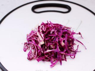 凉拌三丝,把紫甘蓝也洗净后用刀切成丝。