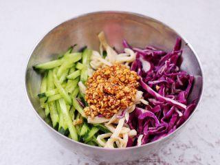 凉拌三丝,把搅拌均匀的蒜汁倒入碗中。