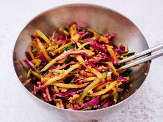 凉拌三丝,用筷子搅拌均匀即可。