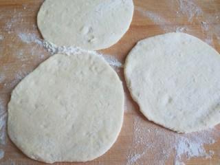 山药豆沙卷,擀成面皮。